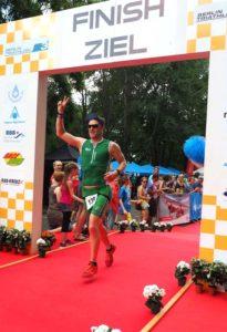olli-im-ziel-beim-berlin-triathlon